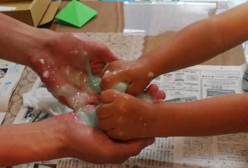 妖怪ドロリンスライムは粉を全て混ぜ終わったら手でこねます